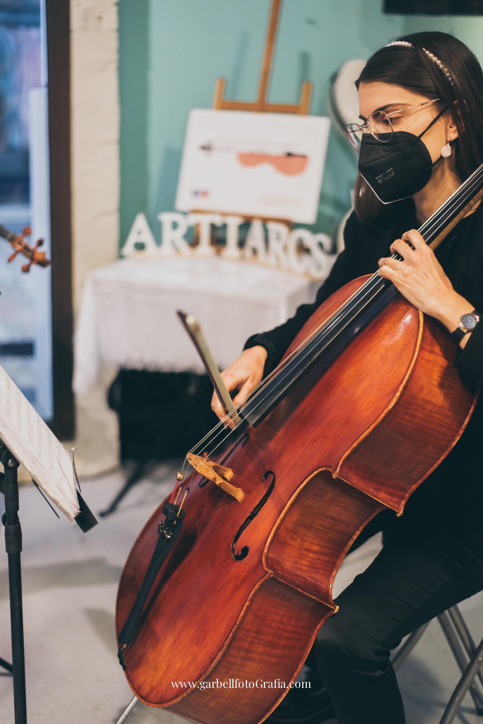 roser tocando el cello